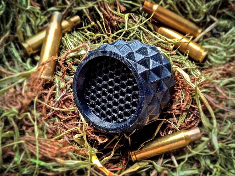 Il Kill Flash della Bellicus Shooting Gearè realizzato utilizzando il TPU, acronimo per poliuretano termoplastico, materiale dotato di una notevole elasticità e resistenza.