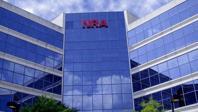 Sebbene la sede amministrativa dell'NRA sia da decenni a Fairfax, in Virginia, lo statuto costitutivo dell'organizzazione è depositato presso lo Stato di New York. Ciò espone l'NRA ad azioni legali politicamente motivate e potenzialmente devastanti nello Stato che è ormai da decenni un feudo dei disarmisti democratici.