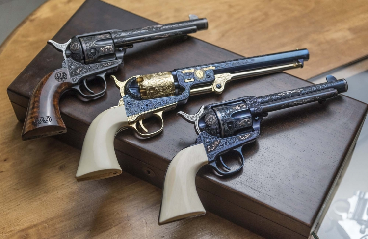 Tre belle repliche Uberti incise: una Colt Navy 1851 in mezzo a due Colt Single Action 1873