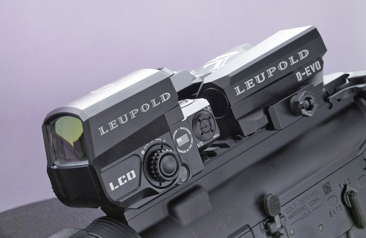 The two optics are shaped in a way so that the D-EVO is placed behind the LCO, lowered, to free the Red Dot line of sight