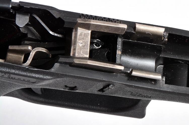 Si intravede la molla a spirale che ha sostituito quella a lamina che contrasta con i pulsanti di smontaggio