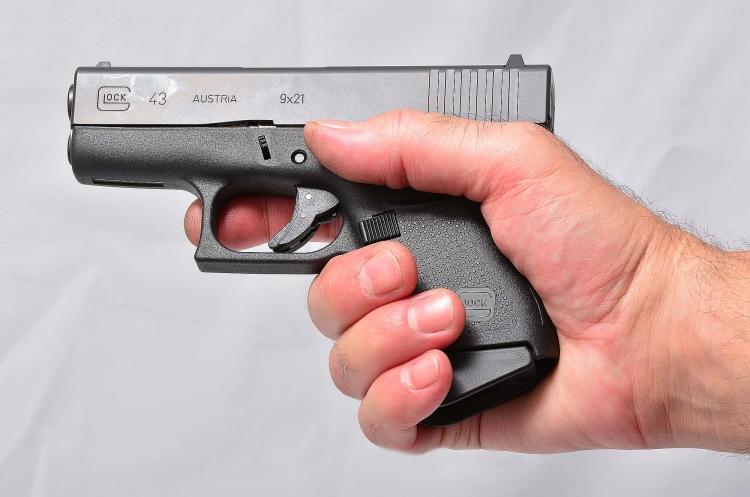 La Glock G43 impugnata rivela le sue ridotte dimensioni che ne fanno una eccellente pistola occultabile