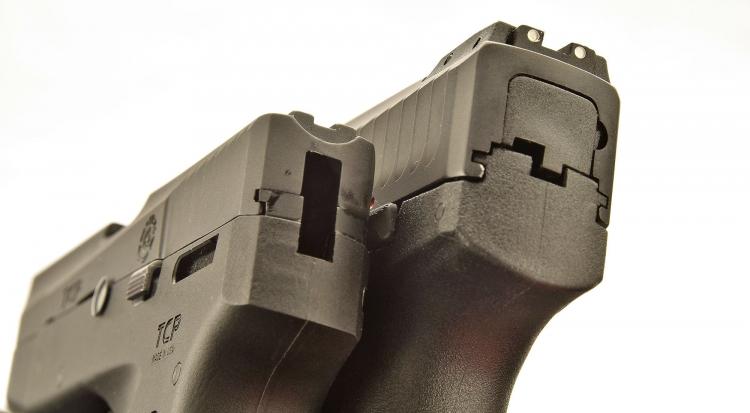 Vista posteriore delle due pistole: a sinistra, nella Taurus PT738 è ben visibile lo scasso all'interno del quale si muove il cane