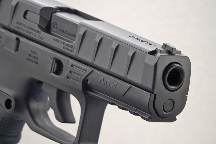 La replica UMAREX della Beretta APX vista dalla volata