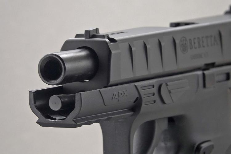 La porzione frontale del fusto presenta una rotaia per accessori