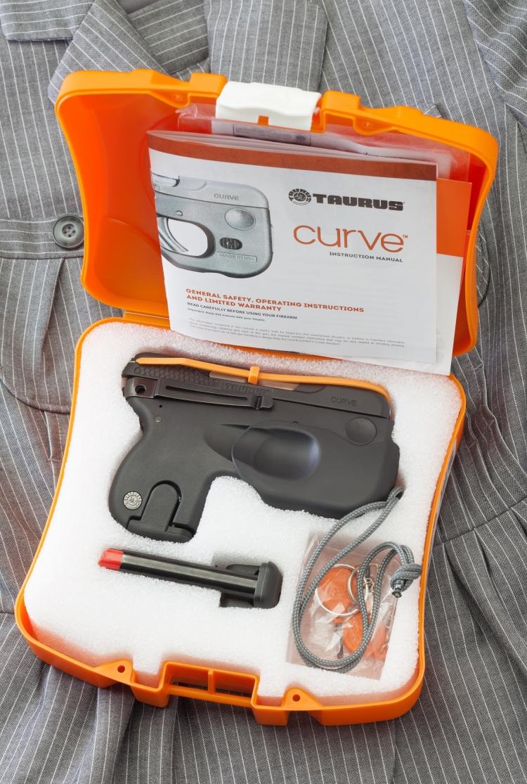"""La scatola in cui viene consegnata la brasiliana Taurus """"Curve"""" calibro 9 Corto"""