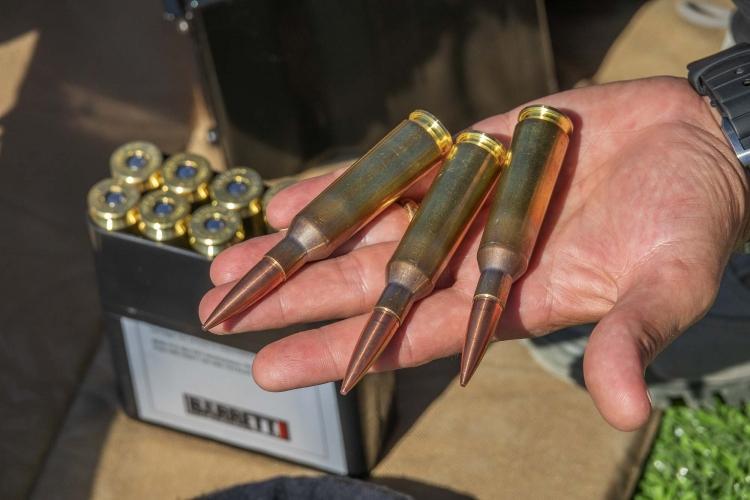 La foto mostra le generose dimensioni della cartuccia .416 Barrett