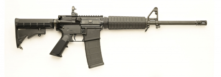 La carabina Colt Expanse M4, nella sua versione con dust cover e pulsante per il forward assist, vista dal lato destro