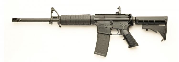 La carabina Colt Expanse M4, nella sua versione con dust cover e pulsante per il forward assist, vista dal lato sinistro