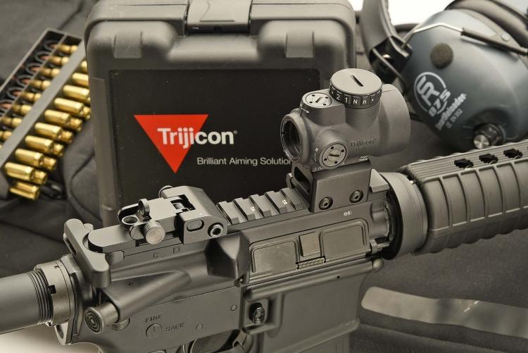 La rotaia Picatinny consente l'installazione sul Colt Expanse M4 di qualsiasi sistema ottico o opto-elettronico, come questo red dot Trijicon MRO