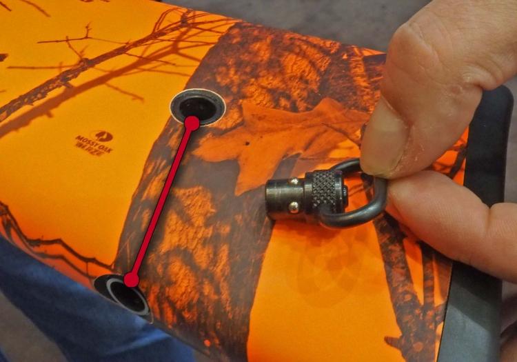 La maglietta posteriore per il montaggio della cinghia di tracolla può essere installata in due diverse posizioni sul calcio