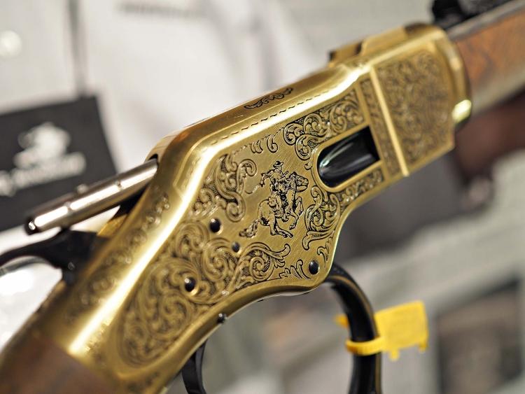 Un dettaglio delle incisioni sulla cassa del fucile commemorativo Winchester 1866