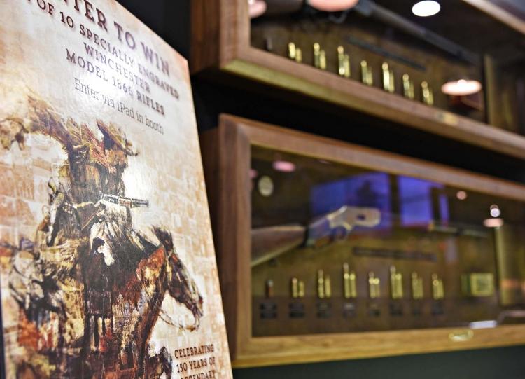 Dal Cody Museum: un fucile Winchester 1873 (in alto) e un Winchester 1866 (in basso)