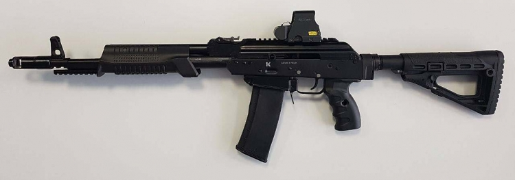 The KSZ-223 seen from the left side: note the ambidextrous cocking handle, easier to operate when firing from the prone position