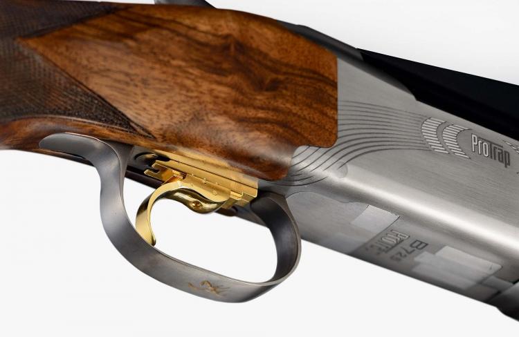 Il fucile monta uno scatto regolabile Triple Trigger System
