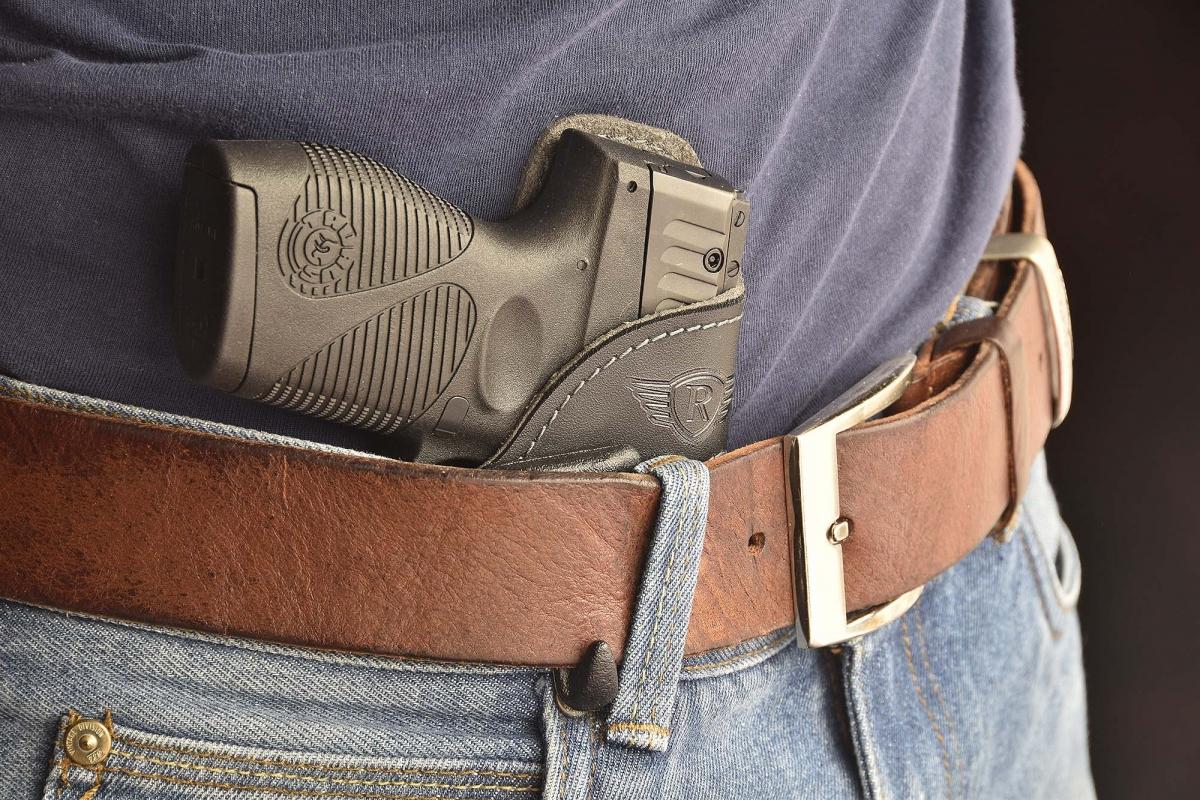 Il gancio esterno nella parte inferiore della clip permette di ancorare saldamente la fondina alla cintura, consentendo un estrazione sicura del'arma