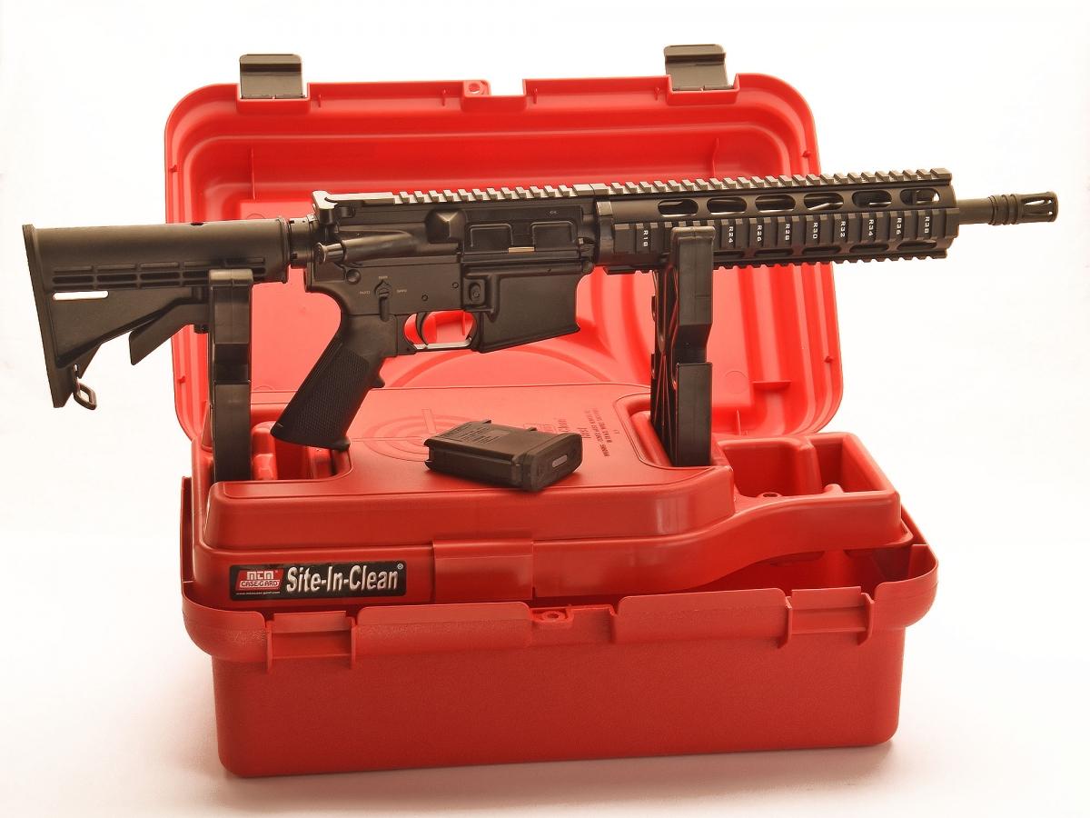 Un fucile sul rest: sul bancone del poligono, è tutto a portata di mano