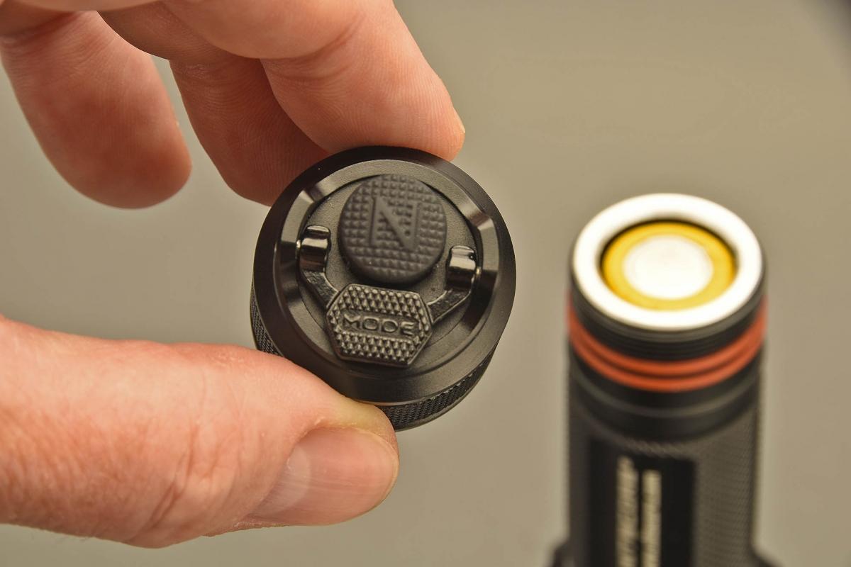 """Sul tappo posteriore: il pulsante di accensiosne e quello """"MODE"""" per regolare la potenza e la funzione strobo"""