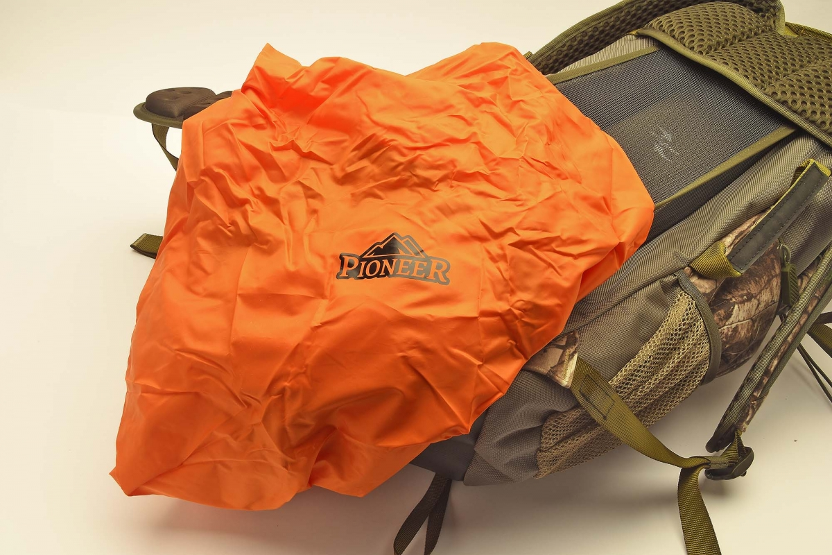 Vanguard Pioneer 2100RT comes with a rain protection sack
