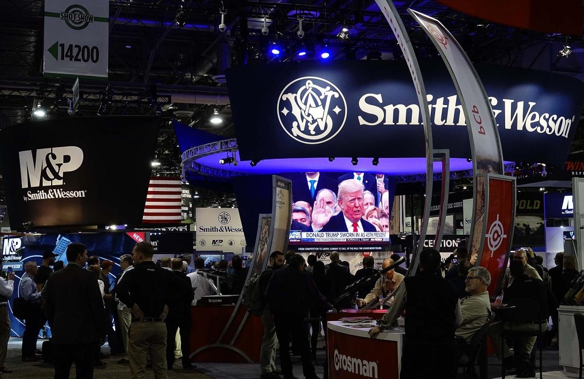 La cerimonia d'insediamento di Donald Trump trasmessa in diretta sul maxi schermo all'interno dello stand Smith & Wesson
