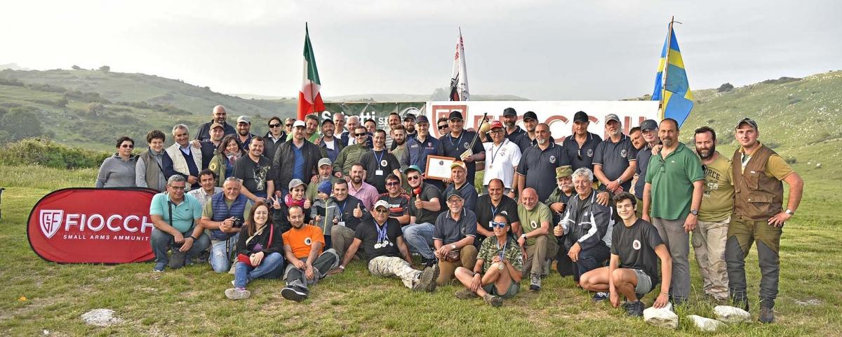 """Tradizionale foto di gruppo per """"parte"""" dei partecipanti e degli organizzatori, quelli rimasti fino alla fine della giornata, dopo la premiazione"""