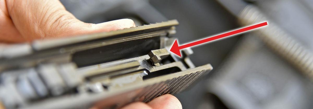 10 - Il dente di aggancio dello striker (percussore), identico su entrambi i modelli