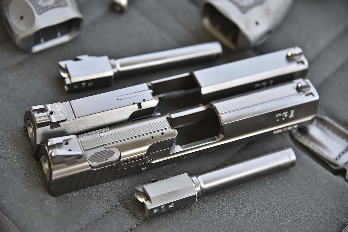 13 - I due carrelli: in alto la TP9 SF, in basso la TP9 v2. Su quest'ultimo, subito davanti alla tacca di mira, è visibile il pulsante ambidestro per il disarmo del percussore