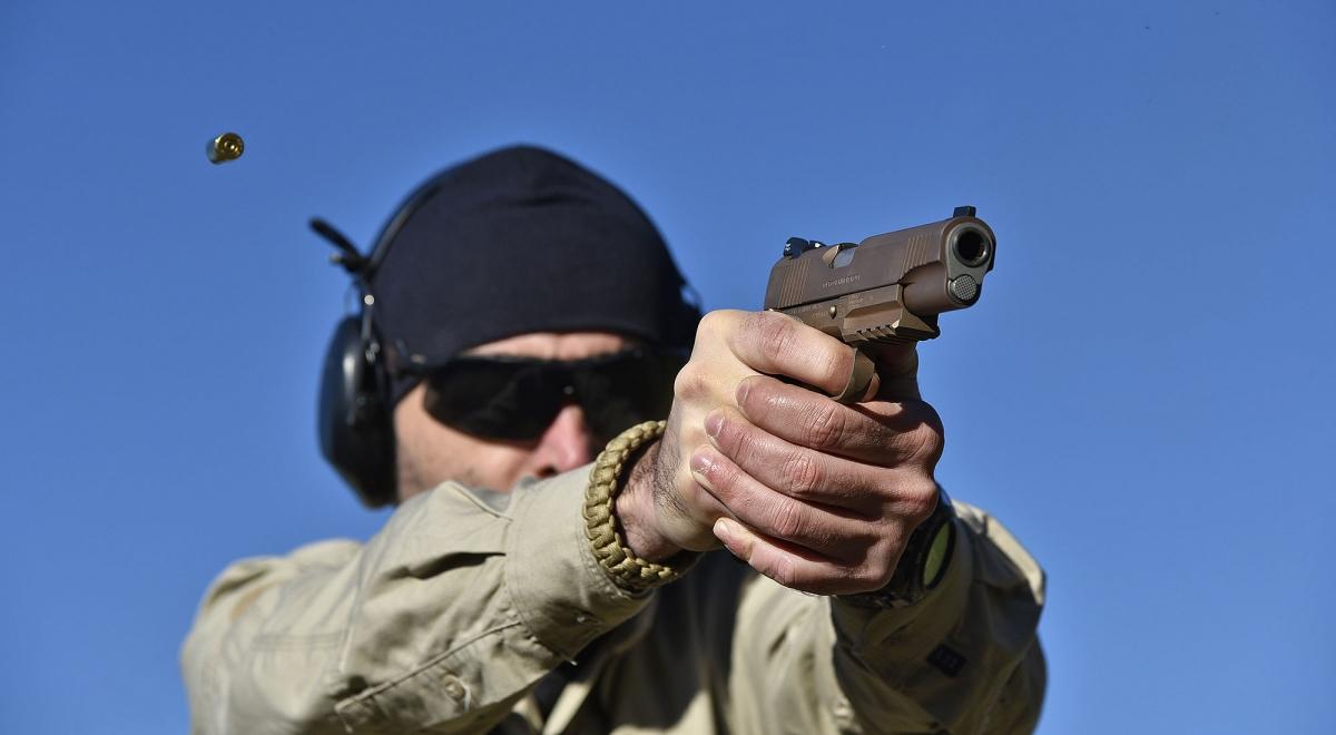 La pistola Colt M45A1 CQBP al tiro