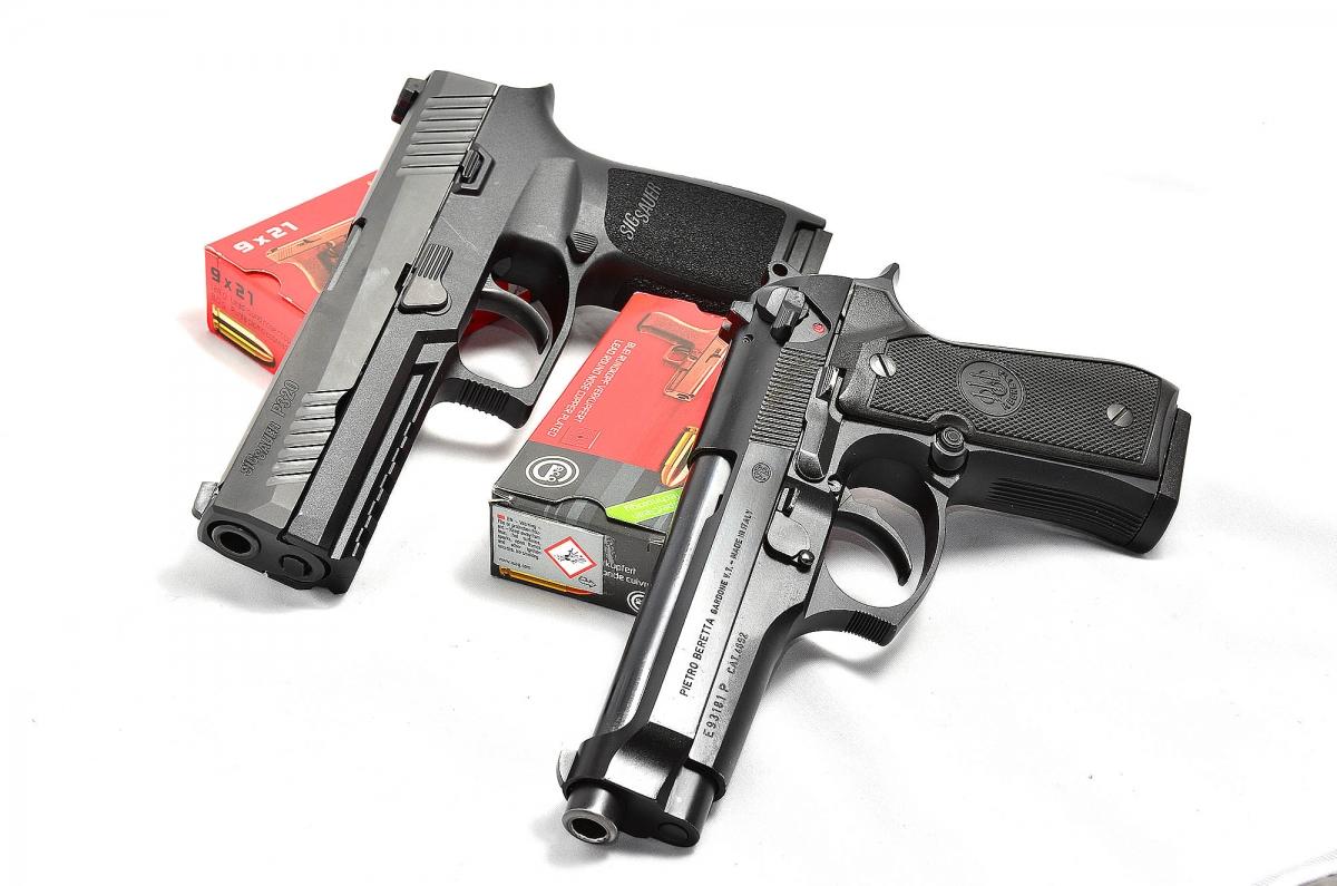 due full size a confronto: Sig Sauer P320 calibro 9mm vs Beretta serie 92. nello scontro le semplificazioni meccaniche e costruttive dell'ultima nata ne hanno decretato la vittoria nella gara degli armamenti  per l'esercito USA