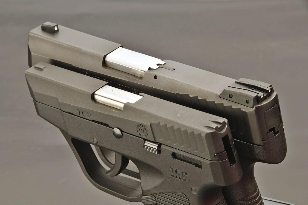 """Vista superiore delle due pistole: la Taurus PT709 Slim (sopra) ha delle mire di proporzioni normali, mentre la PT738 TCP in primo piano ha delle mire molto """"essenziali"""""""