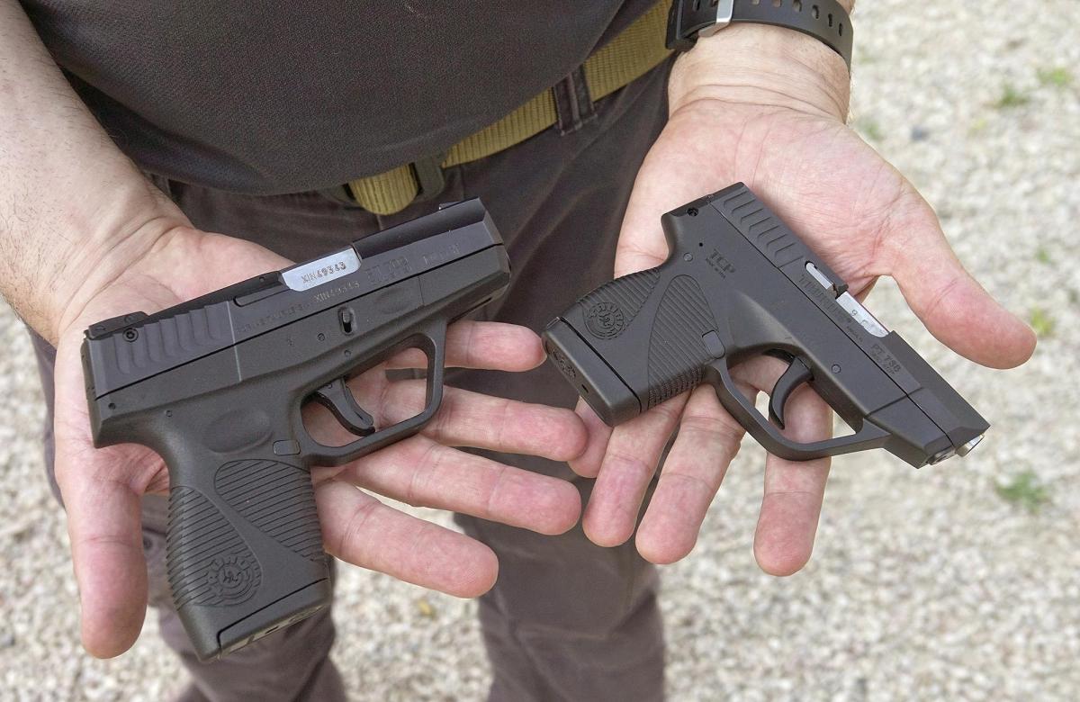 Una vicino all'altra, le due pistole mostrano le loro dimensioni relative rispetto a mani di dimensioni medie