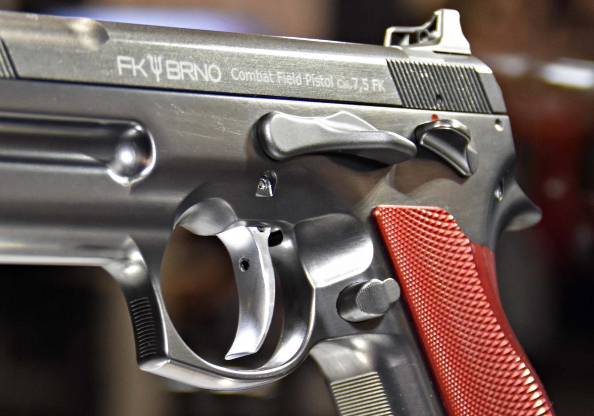 I controlli della pistola FK BRNO sono concepiti per essere facili da raggiungere e gestire anche quando si indossino i guanti; lo scatto è regolabile tramite una vite esterna