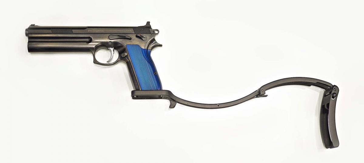 Il calciolo pieghevole pensato per la nuova pistola, qui completamente esteso