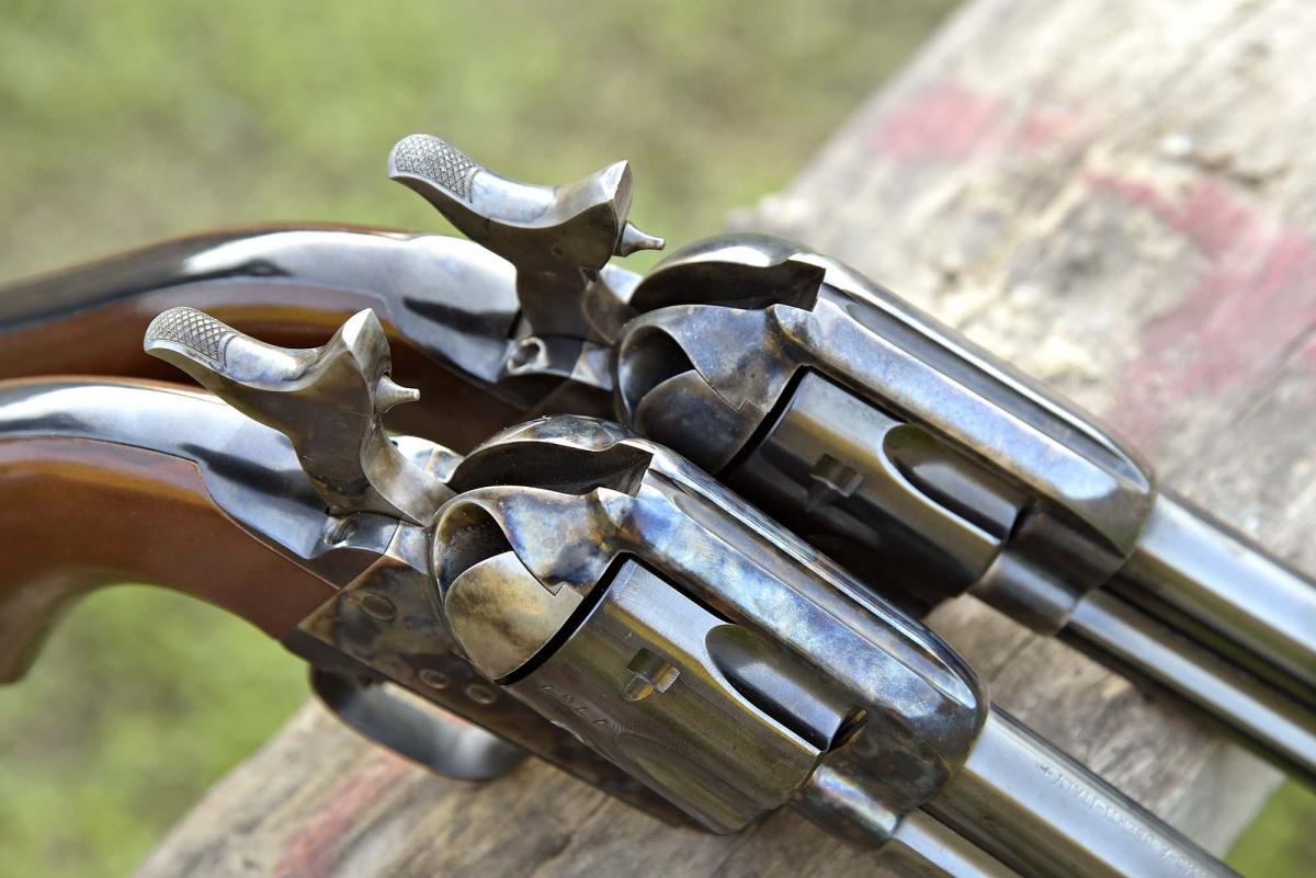 La corsa a tutta monta del cane di un revolver Short Stroke (sopra) a confronto con quella di un revolver Cattleman standard