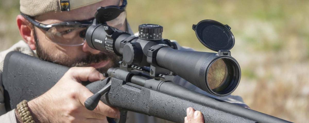 Data l'origine militare/professionale del Remington 700 Police, l'arma è priva di mire metalliche, perché pensata per essere utilizzata esclusivamente con un ottica. Sulla superficie superiore dell'azione troviamo comunque i fori di predisposizione per il montaggio di attacchi o rail Picatinny per ottiche.