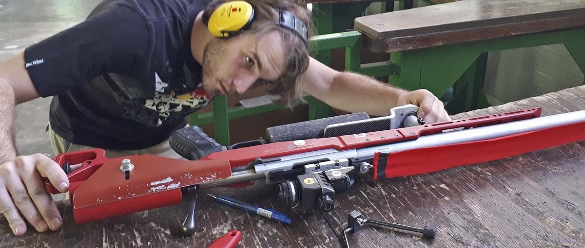 Riccardo Ranzani prepara la sua arma durante un allenamento