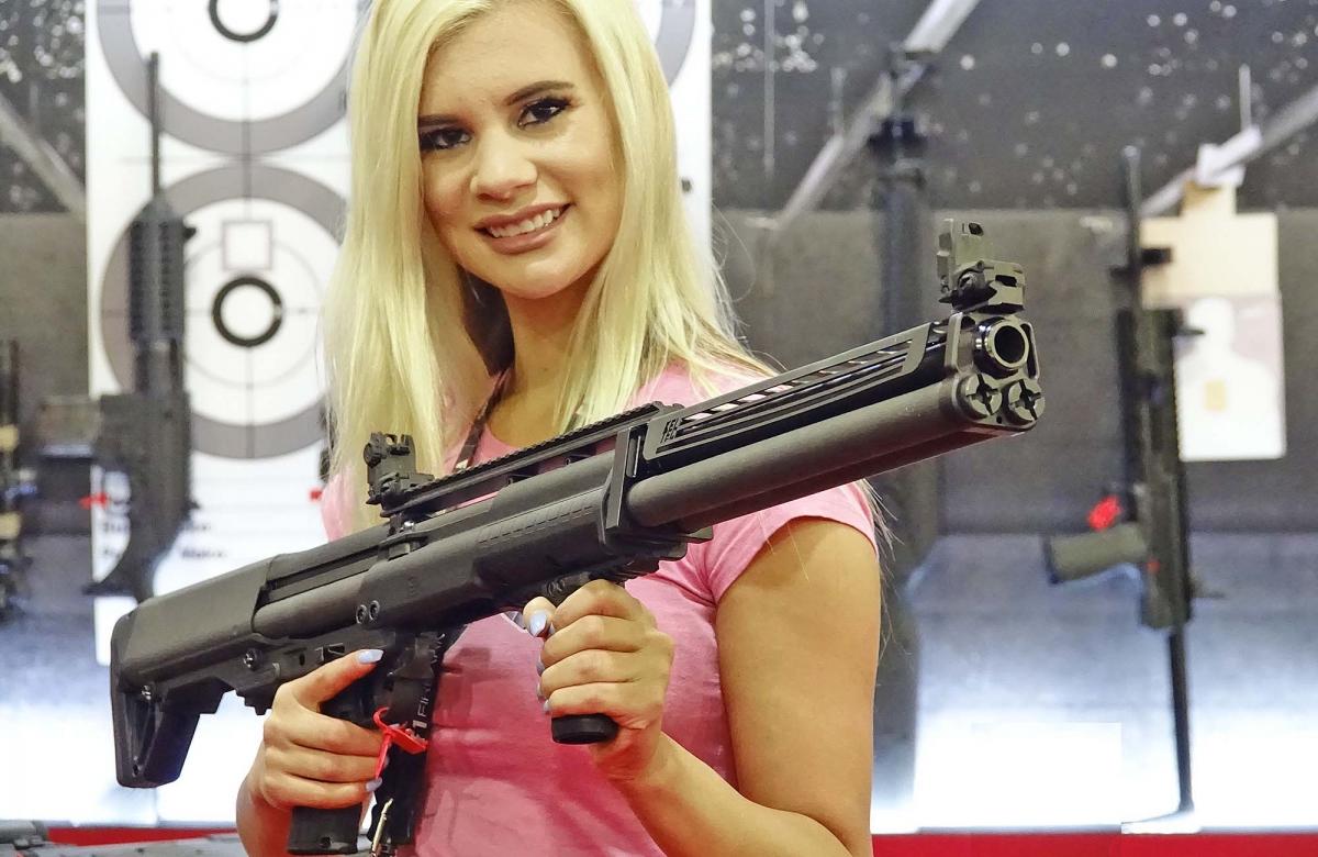 La bella e simpatica Brickell Clark, di americangunchic.com, posa per noi con il nuovo Kel-Tec KSG-25 shotgun