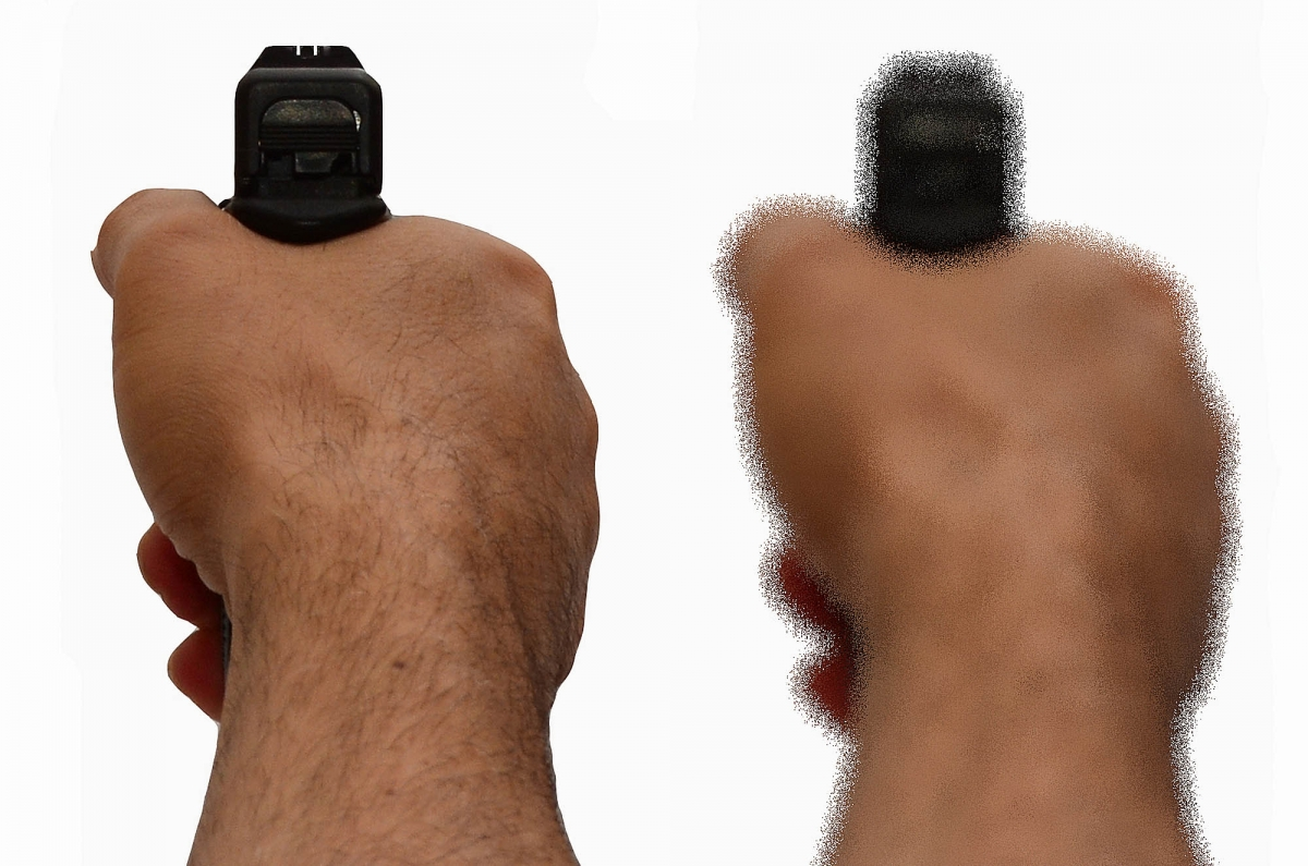a sinistra l'arma come la vediamo al poligono, a destra come probabilmente vedremo l'arma e i congegni di mira mentre ci difendiamo e l'adrenalina è rilasciata nel sangue in meno di un secondo