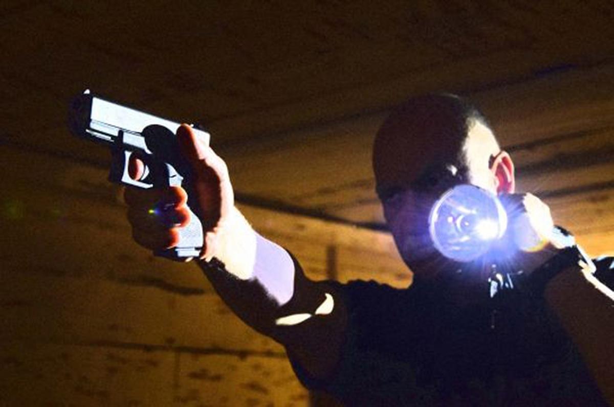 l'uso della torcia tattica si rende necessario in molte occasioni, anche nella difesa abitativa. Il suo utilizzo prevede un addestramento specifico