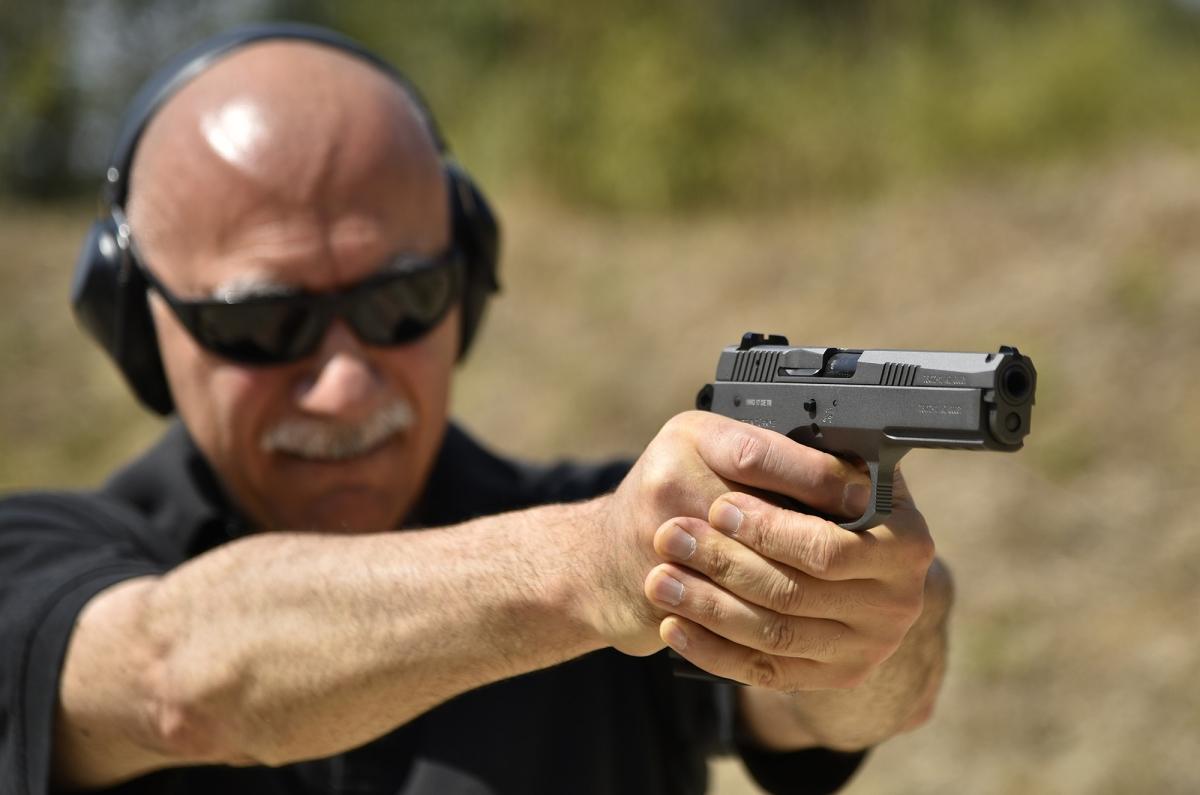 """Tecnica: """"mungere"""" l'impugnatura della pistola"""