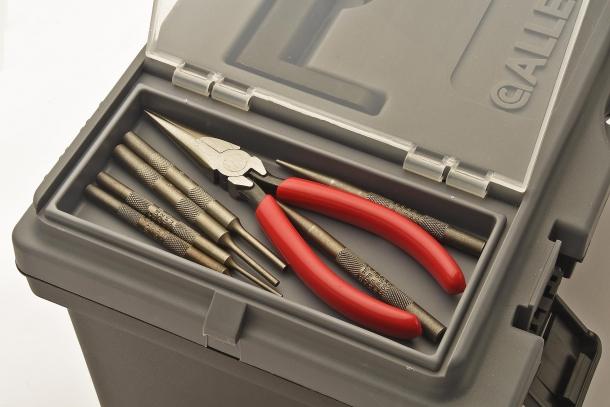 Due vani sul coperchio della cassetta permettono di riporre altri attrezzi e accessori utili