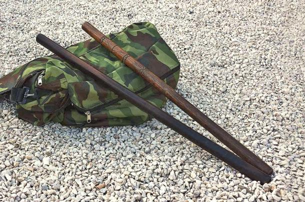 Bastoni in legno duro: utilizzabili anche in un vero combattimento, ma sconsigliati in addestramento in quanto potrebbero scheggiarsi