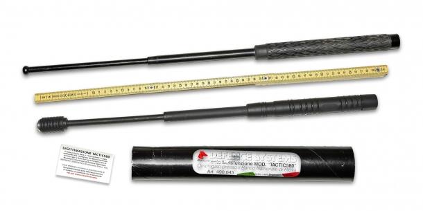 Un baton estensibile standard in metallo a confronto con il baton in nylon Defence System Tactic 580, di libera vendita