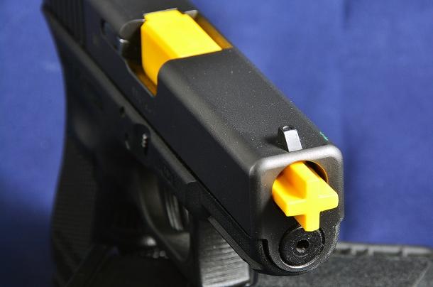 La canna di colore giallo acceso sporge dalla canna rendendo ancora più efficace il controllo dello stato dell'arma. se la fondina lo consente non accorciamola