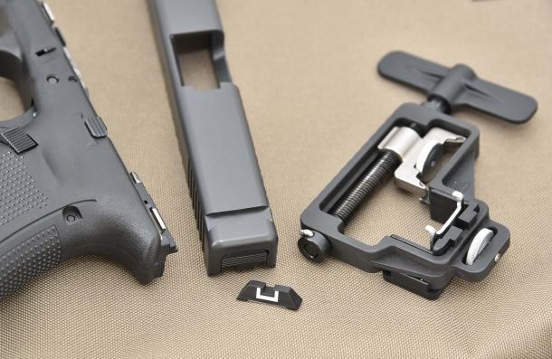 Per poter montare l'adattatore è prima necessario rimuovere la tacca di mira della pistola