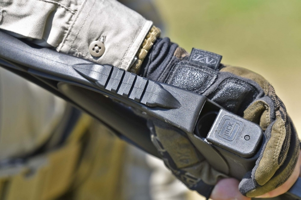 At bottom of the hand grip, a rail allows to mount a tactical light, for example