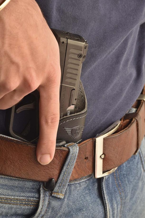 Una fondina interna di qualità deve poter dissimulare l'arma, pur mantenendo sempre agevole l'estrazione della pistola