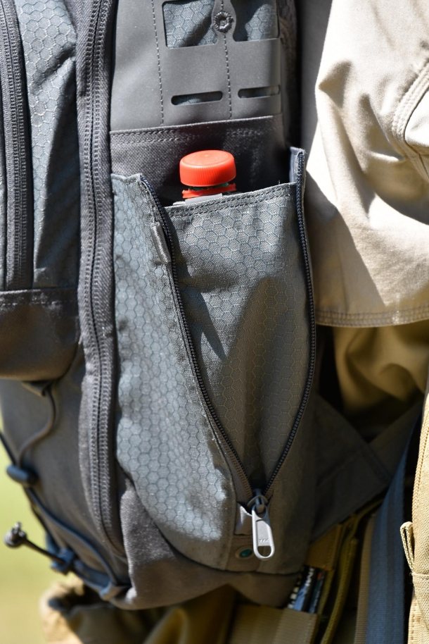 At both sides, two expandable bottle pockets