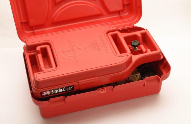 Quando in posizione, il cassetto chiuso fa da coperchio al vano principale del contenitore...