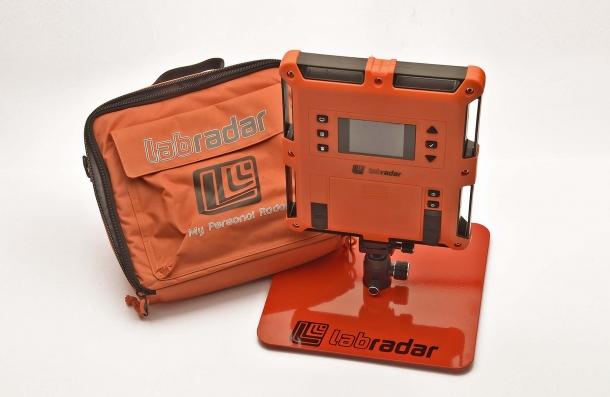 Al contrario di altri rivenditori, Brownells.it vende il cronografo completo di borsa di trasporto e base metallica di supporto
